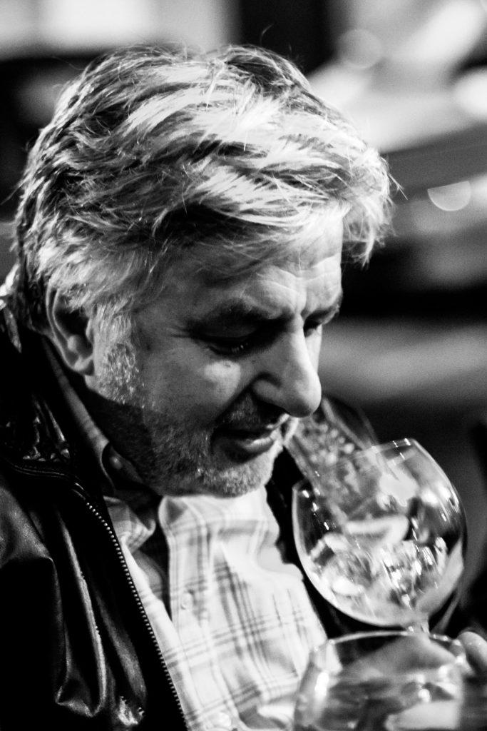 Franco Gasparri, Brand Ambassador di Diageo intento a sorseggiare un Gin&Tonic