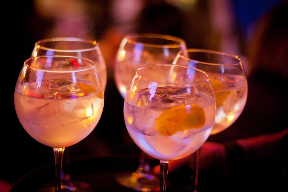 Gin Tonic: Tanqueray, Schweppes Indian Tonic, cubetto al lime e gocce limone, twist di limone