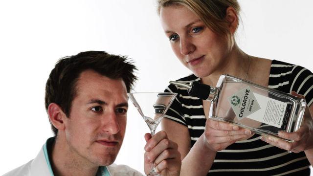 Christopher Beaumont-Hutchings e sua moglie Celia, proprietari della Chilgrove Gin Company