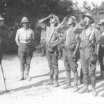 Soldati britannici bevono il chinino (o un Gin Tonic?)