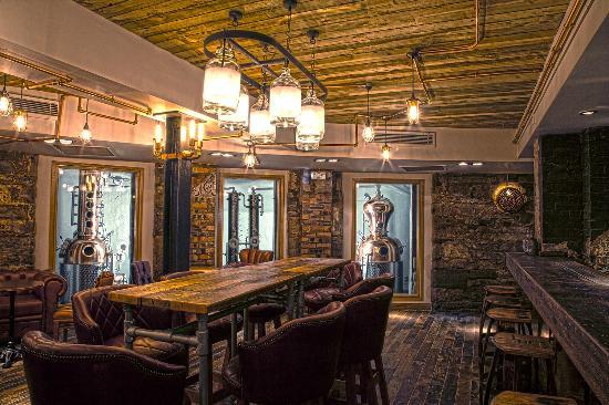 L'interno della Edinburgh gin distillery, dove è possibile creare il proprio gin
