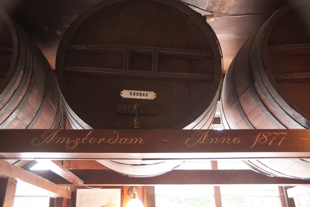 Il mobilio, inclusi vecchi barili della distilleria
