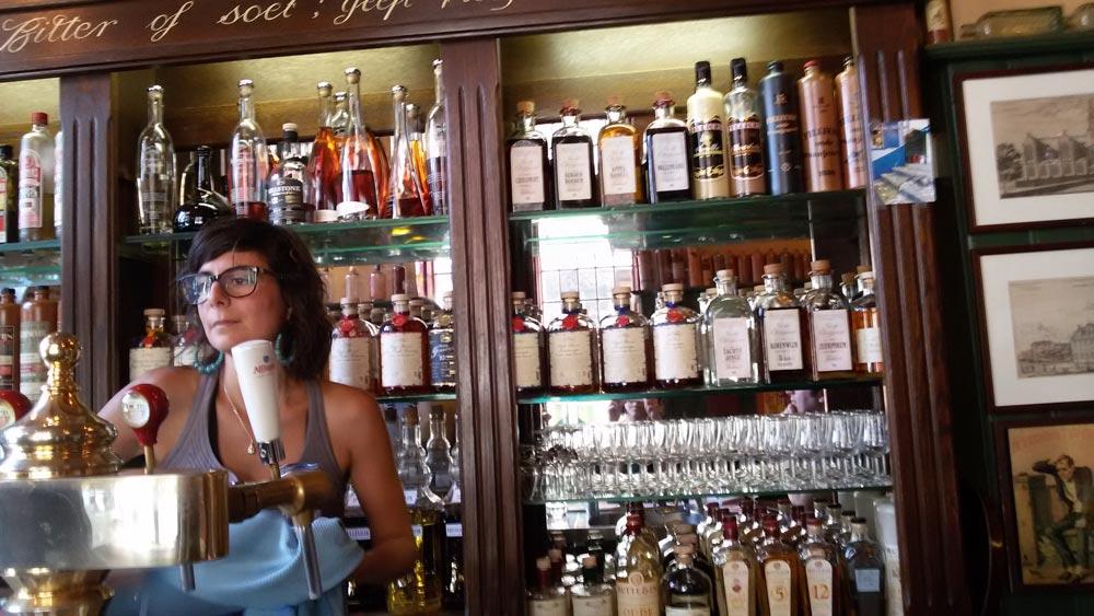 La selezione di Jenever e la scritta Un drink, amaro o dolce, ti porta felicità e coraggio