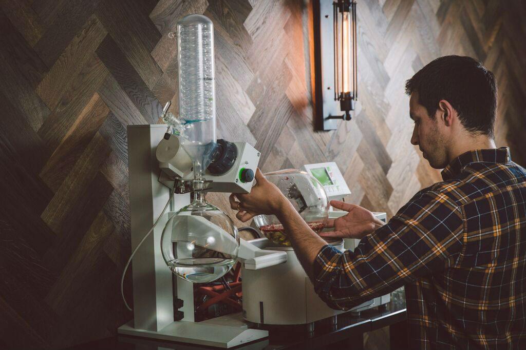 Alex Lawrence ha passato gli ultimi anni a trovare la distillazione perfetta per il Porter's Gin