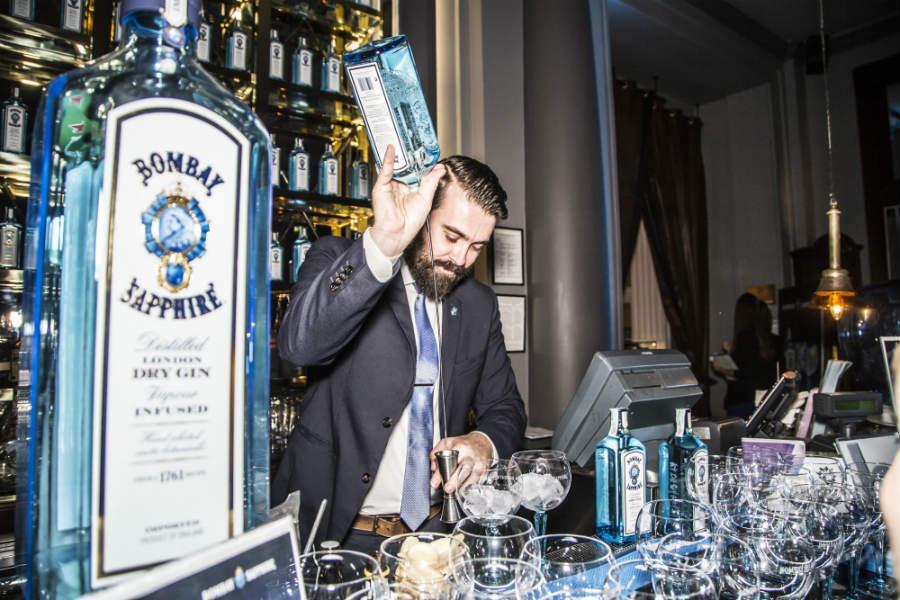 Alex Frezza al lavoro in una serata Bombay Sapphire