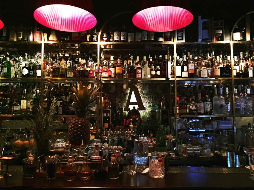 La bottigliera de L'Antiquario, il locale di Alex Frezza a Napoli