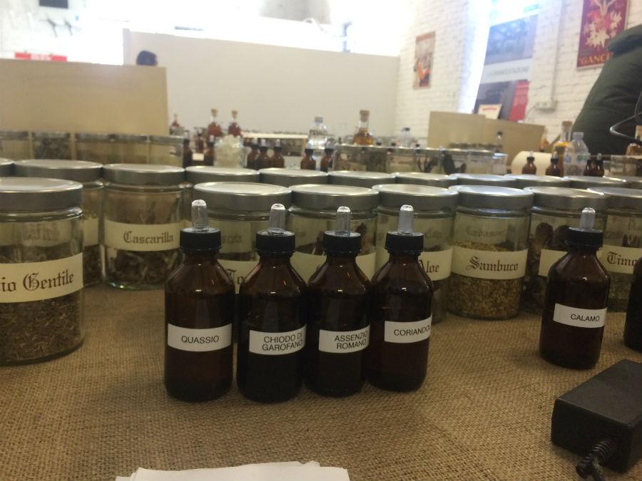 Le principali erbe utilizzate nella creazione di un Vermouth saranno presenti su ogni tavolo del laboratorio