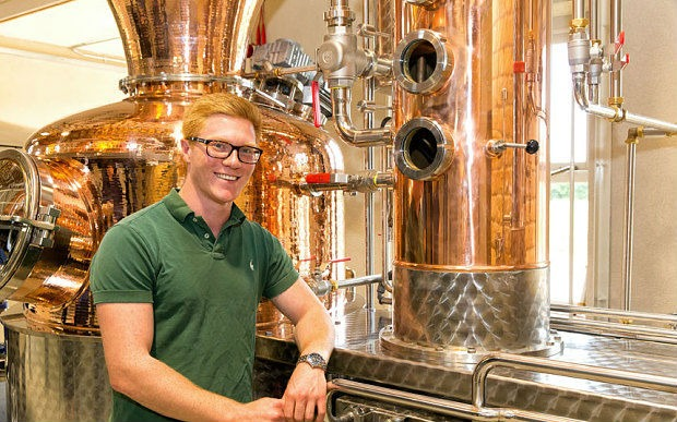Alex Davies, master distiller per The Kyoto Distillery, precedentemente master distiller per Chase and Cotswold