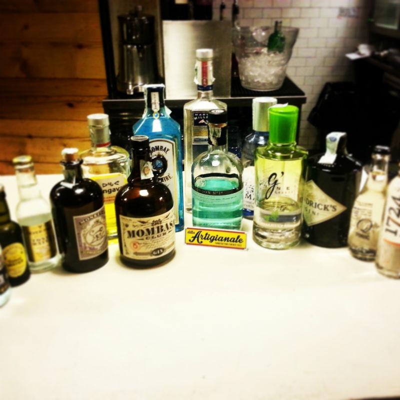 Una piccola selezione dei gin presenti nel locale