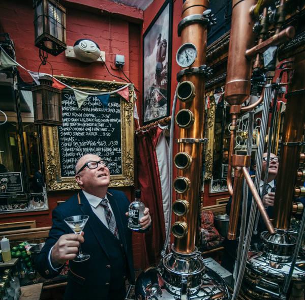 Hamish Lothian, proprietario del Fat Pig, insieme al suo alambicco
