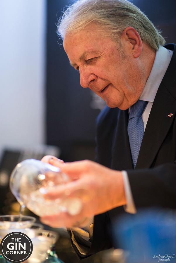 Mauro Lotti al The Gin Corner, durante la preparazione di un Martini
