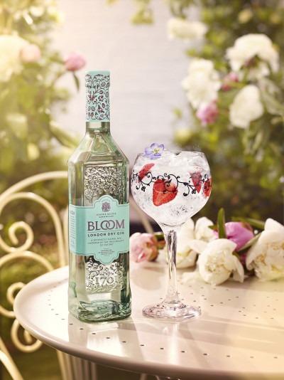 La nuova bottiglia di Bloom Gin in un'immagine promozionale